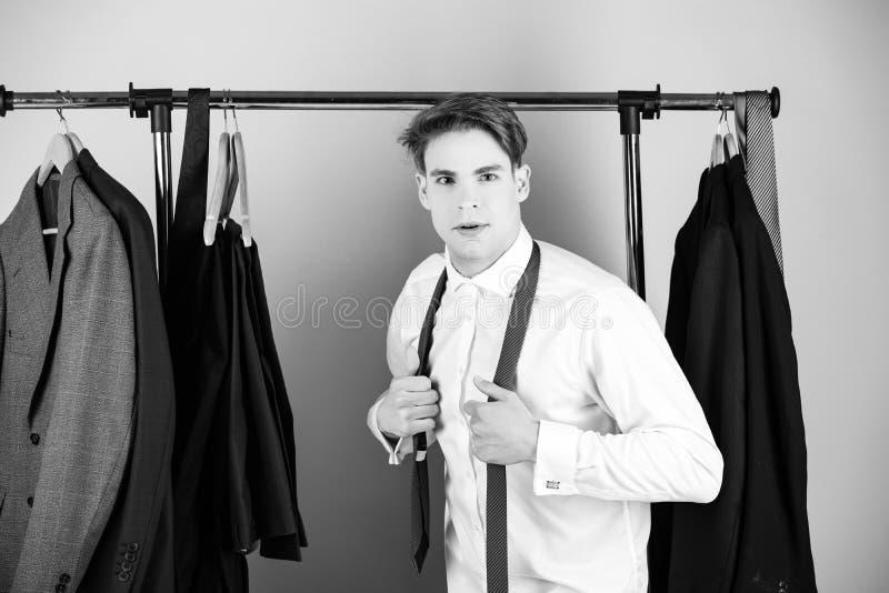 衣裳在桃红色背景的衬衣佩带的领带折磨并且供以人员 免版税库存图片