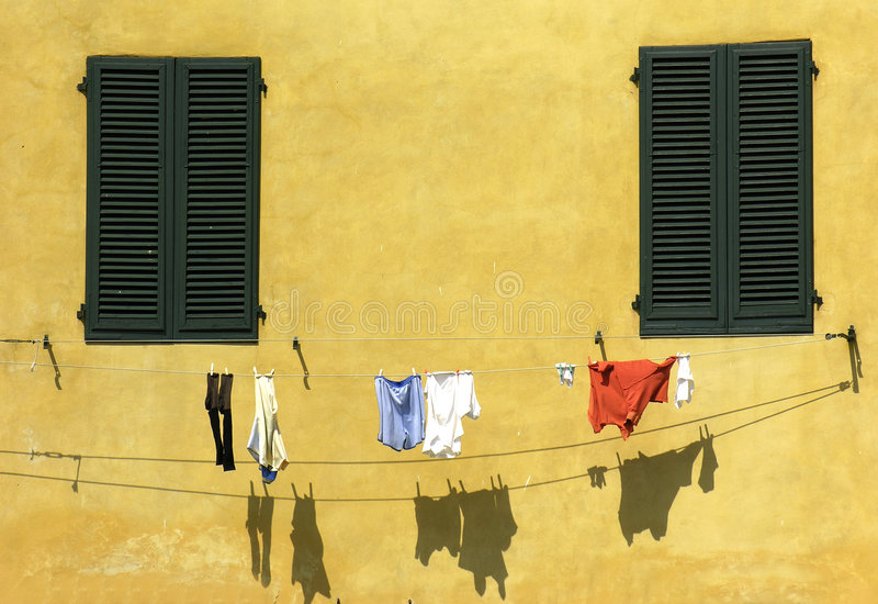 Download 衣裳烘干 库存照片. 图片 包括有 衣裳, 干燥, 黄色, 视窗, 夏天, 墙壁, 意大利, 影子, 托斯卡纳 - 178078