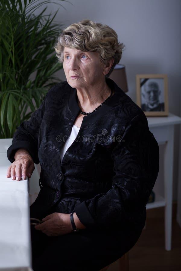黑衣裳的资深妇女 免版税图库摄影