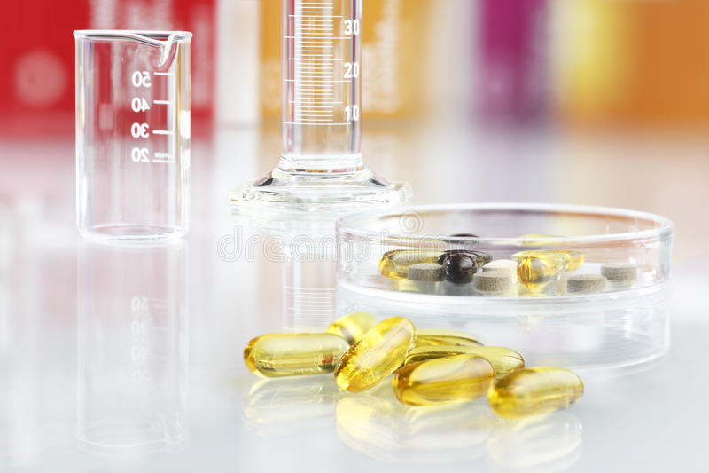 补充维生素药片被隔绝的Ω 3 库存照片