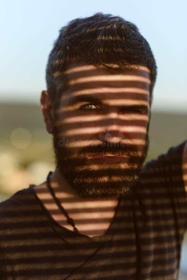 补全胡子的最讨人喜欢的理发 时尚的人 有阴影的有胡子的人在面孔 有胡子的人和 库存图片