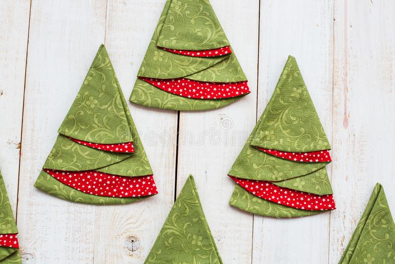补缀品和缝制的概念-五颜六色的装饰红和绿的餐巾宏指令在一个被粉刷的木地板上的 库存图片