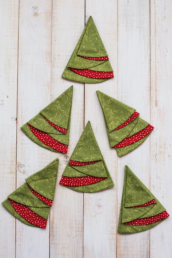 补缀品和缝制的概念-五颜六色的装饰红和绿的餐巾宏指令在一个被粉刷的木地板上的 免版税库存图片