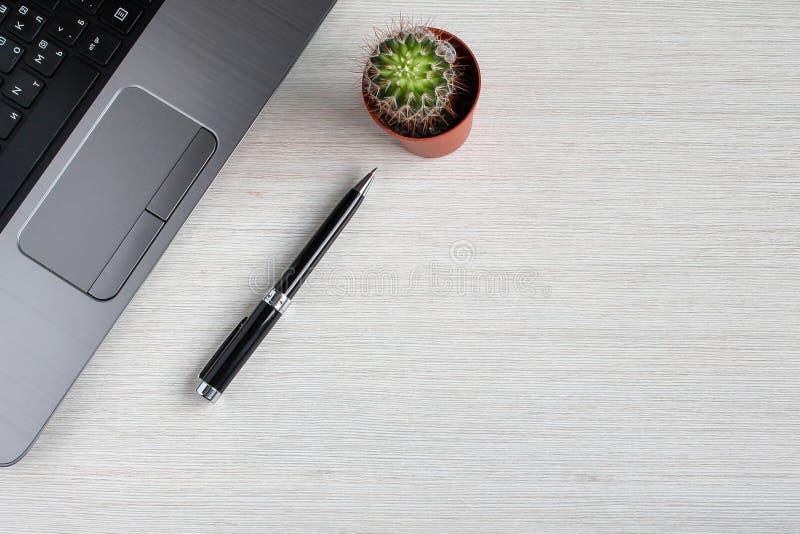 表上的Office项 办公桌,在办公场所场景中放置办公用品 免版税库存图片