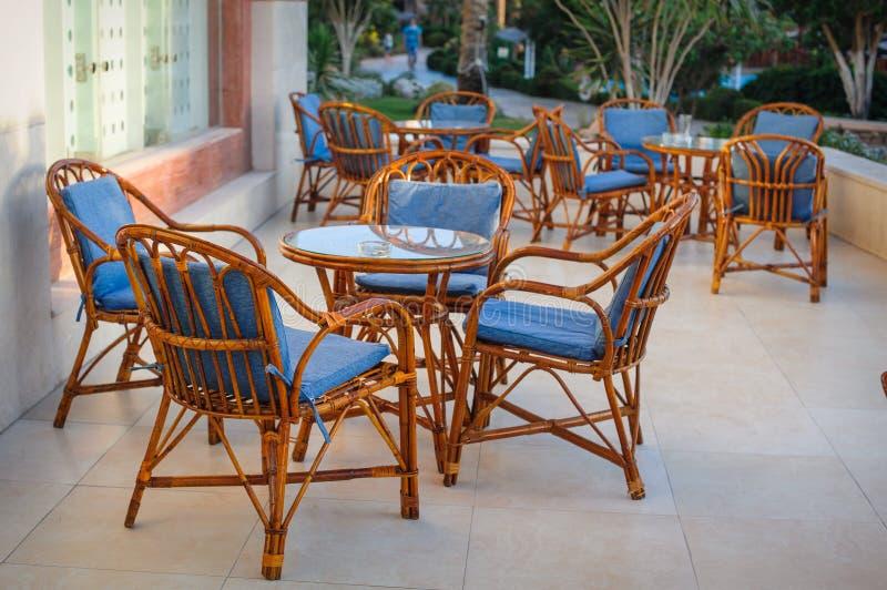 表和椅子在一个咖啡馆在埃及 免版税库存图片