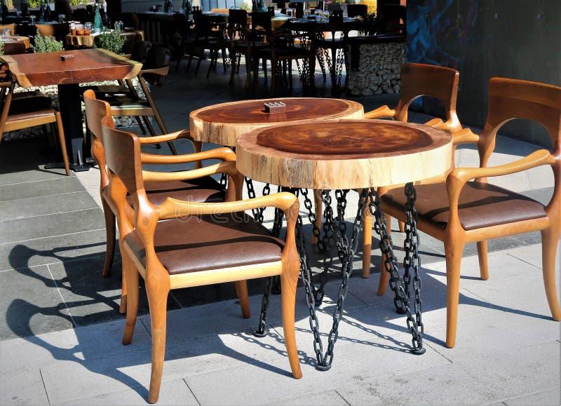 表和椅子在咖啡馆 免版税库存照片