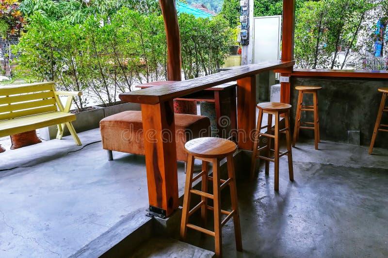 表和椅子在屋子里 免版税图库摄影