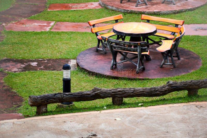 表和椅子在自然庭院里 免版税库存图片