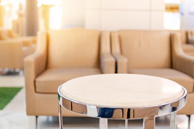 表和沙发在豪华医院等候室  免版税库存图片