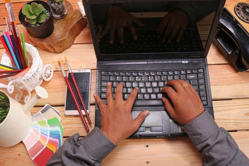 表和膝上型计算机有装饰品的例如花瓶和电话 库存图片