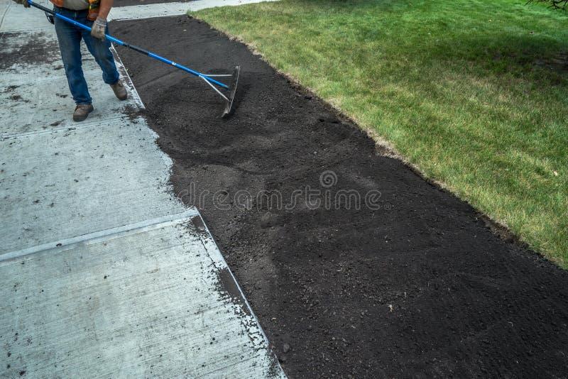 表土的应用在新的边路的 库存照片