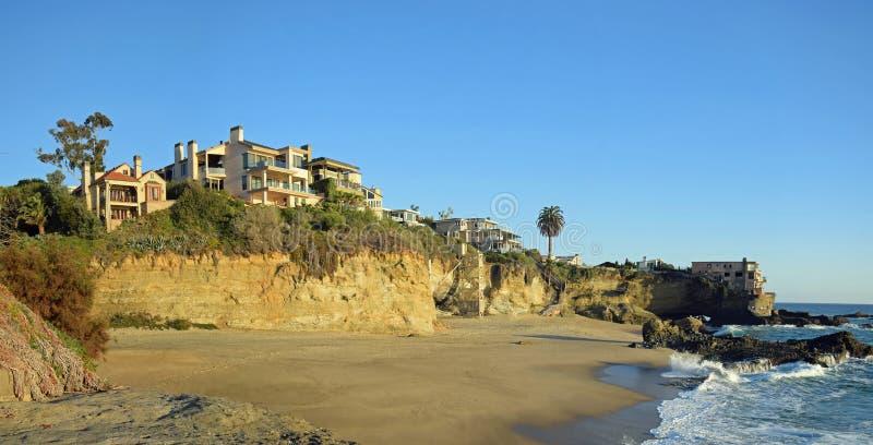 表在南拉古纳海滩,加利福尼亚的岩石海滩全景  库存照片