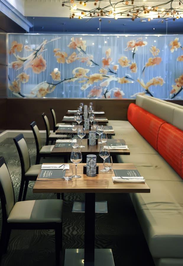 表在现代餐馆 免版税库存图片