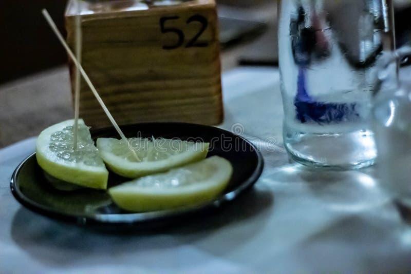 表在餐馆设定了 与在一家餐馆通常被找到例如饮料玻璃等的对象的狭窄的框架 免版税库存图片
