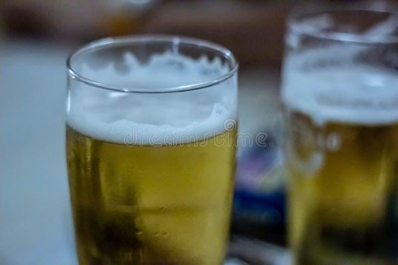 表在餐馆设定了 与在一家餐馆通常被找到例如饮料玻璃等的对象的狭窄的框架 图库摄影