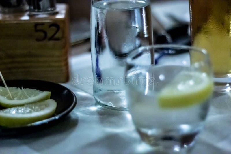 表在餐馆设定了 与在一家餐馆通常被找到例如饮料玻璃等的对象的狭窄的框架 库存照片