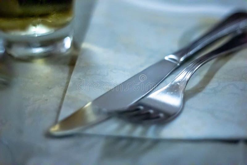 表在餐馆设定了 与在一家餐馆通常被找到例如饮料玻璃等的对象的狭窄的框架 免版税图库摄影