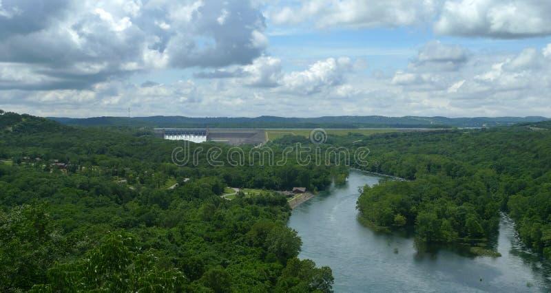 表岩石水坝和湖Taneycomo,密苏里山脉,密苏里 库存图片
