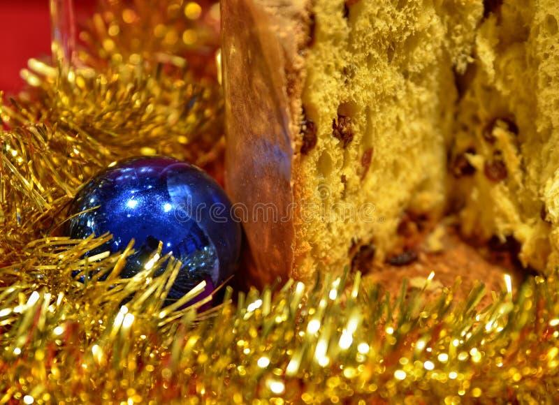 表布置与意大利节日糕点和装饰 圣诞节假日概念 库存图片