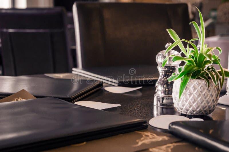 表接近与餐馆菜单 免版税库存图片