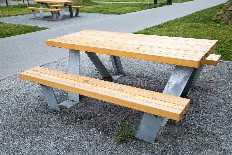 表木与在步行的金属腿在城市露天 库存照片