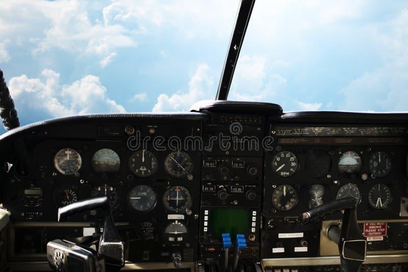 仪表板在飞机天空驾驶舱和看法内  库存照片