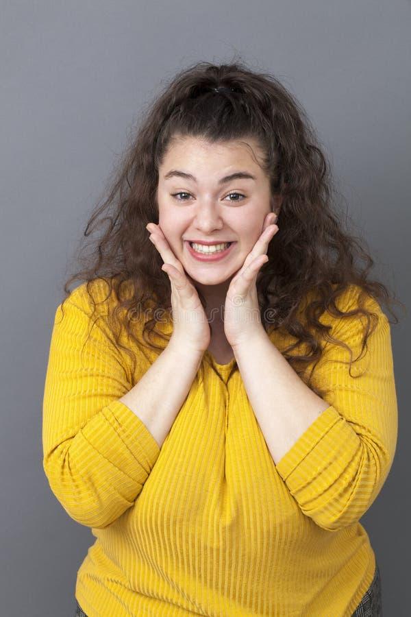表现出快乐的xxl的女孩画象喜悦 免版税库存照片