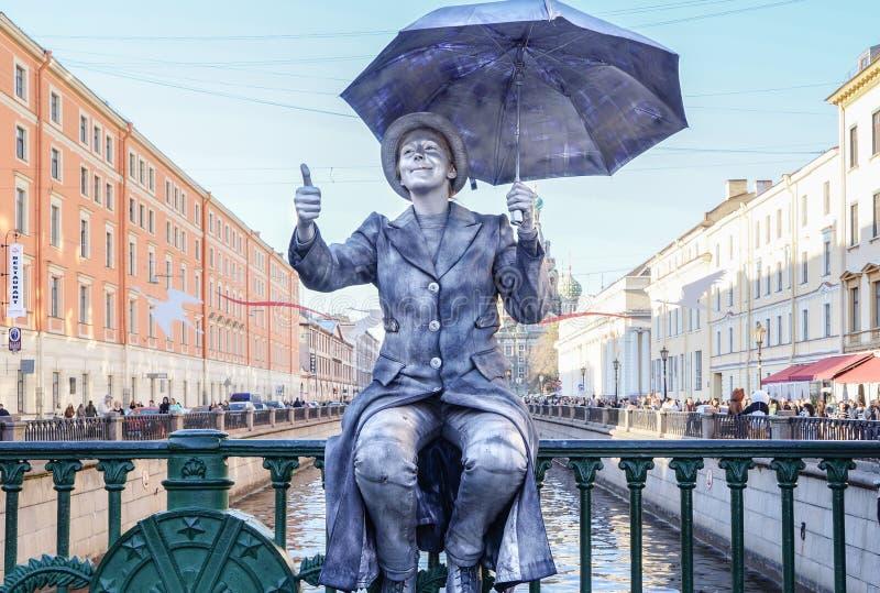 表现露天在圣彼德堡 手势 在2016年的夏天 街道表现生活的享受 免版税库存照片