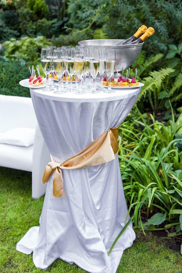 表用香槟和开胃菜 免版税库存图片