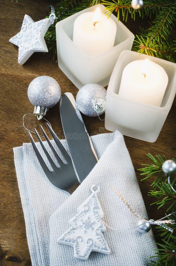 表的圣诞前夕餐位餐具 男孩节假日位置雪冬天 Christma 免版税库存图片
