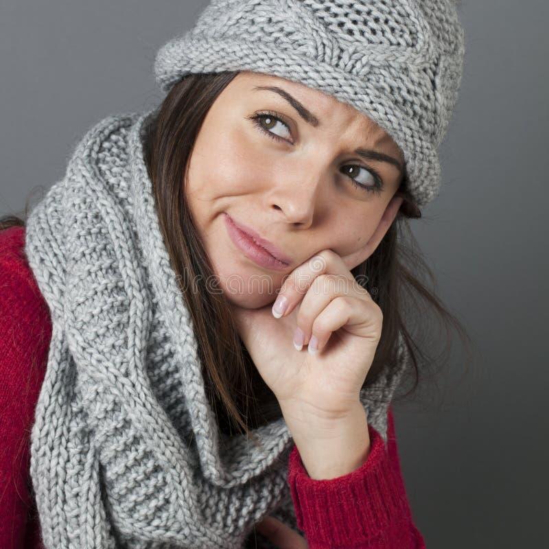 表示冬天女孩的特写镜头与噘嘴的疑义的失望 免版税库存照片