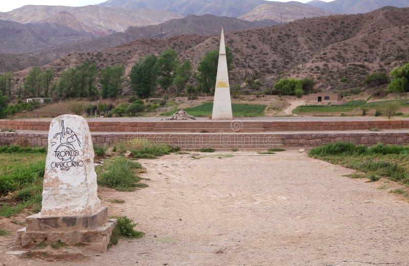 表示南回归线在Huacalera,阿根廷的纪念碑 免版税库存图片