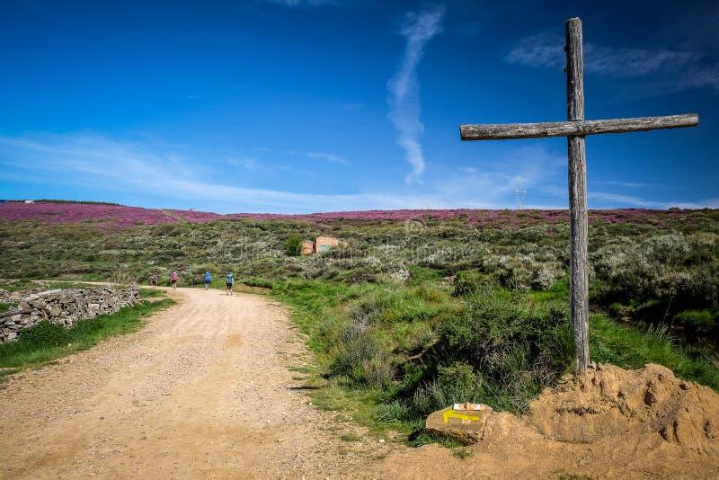 表示在卡米诺弗朗西丝道路的十字架方式对圣地亚哥-德孔波斯特拉 免版税库存照片