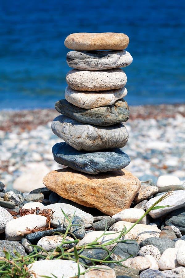 表示平衡的被堆积的石头 免版税库存照片