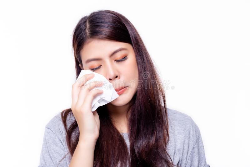 表示概念 美女哭喊或流泪和使用薄纸抹泪花 可爱的美丽的亚裔女孩感到哀伤 库存照片