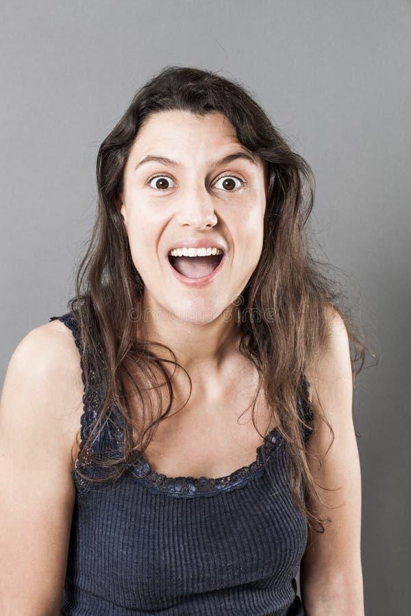 表示笑的妇女触目惊心或惊奇 库存图片