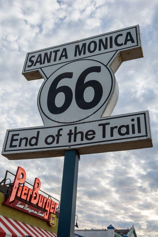 表示路线66足迹的结束标志在圣莫尼卡,加州 免版税库存图片