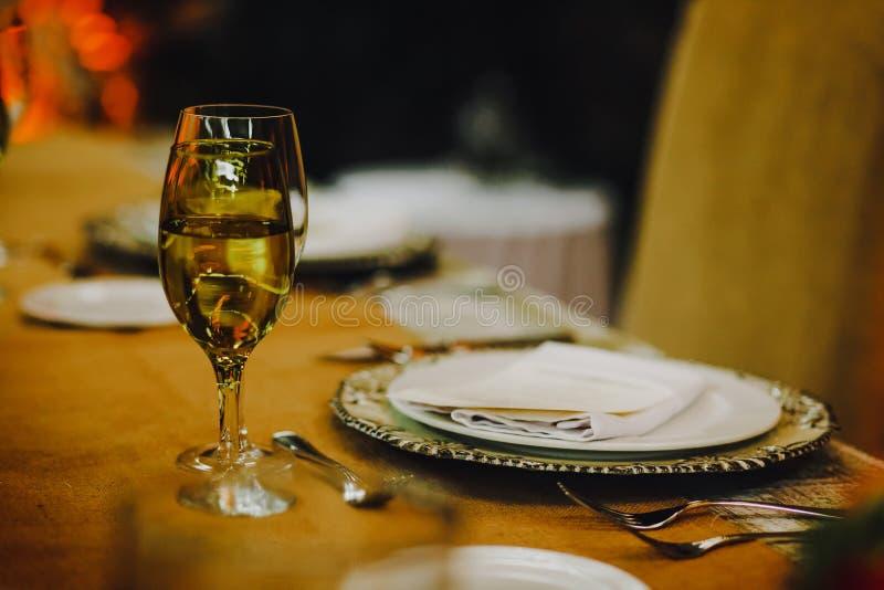 表设定,婚姻客人桌、土气招待会的布局和葡萄酒背景 免版税库存照片