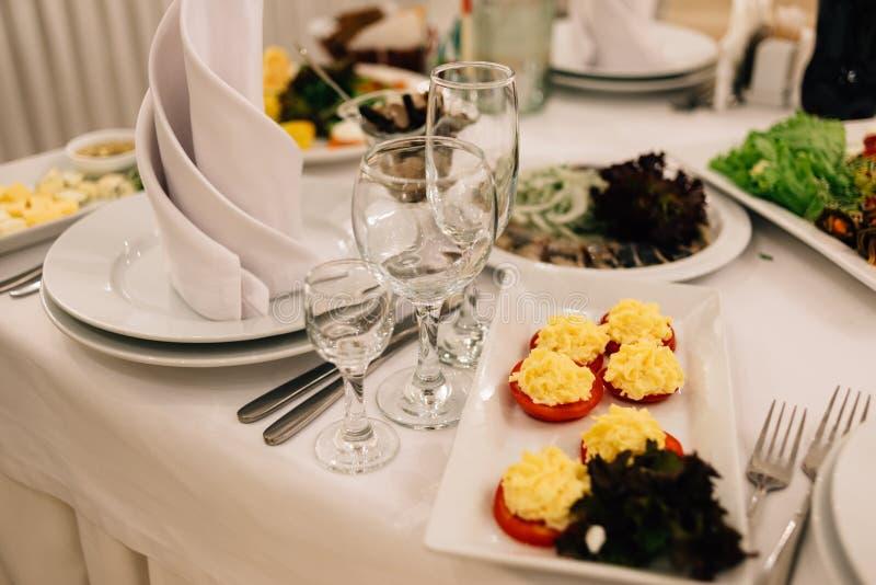 表设置在餐馆 宴会房间等待的客人 免版税库存照片