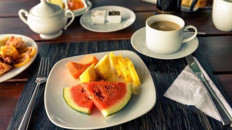 表设置用素食主义者食物和咖啡在室外的餐馆 免版税图库摄影