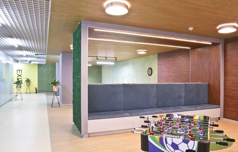表足球在一间大办公室屋子 免版税图库摄影