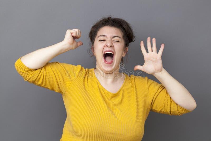 表达呼喊的20s肥胖的妇女乐趣胜利 库存照片