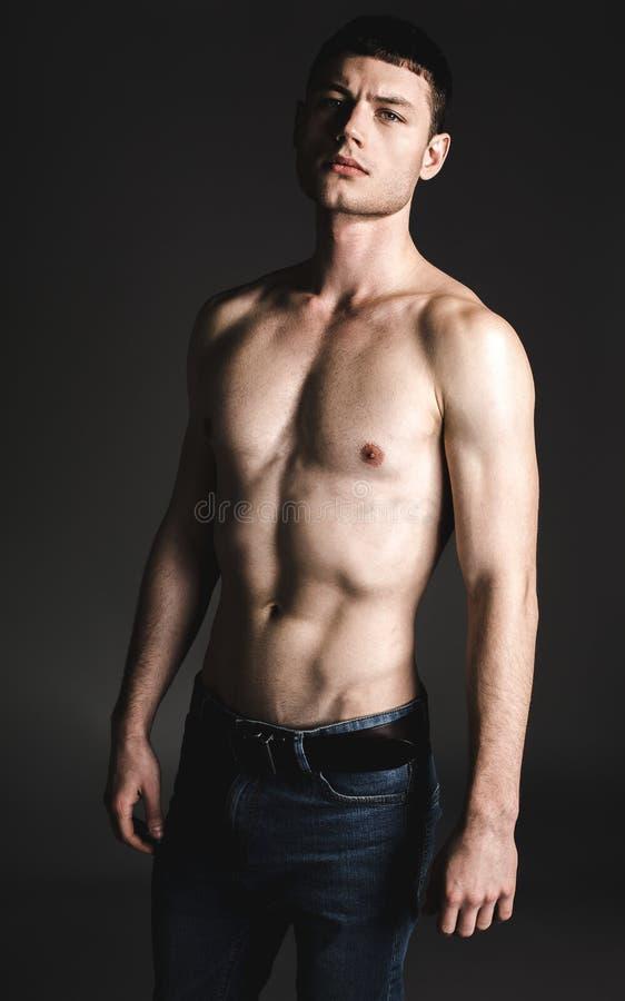 表达年轻胸部赤裸的男性镇静 库存照片