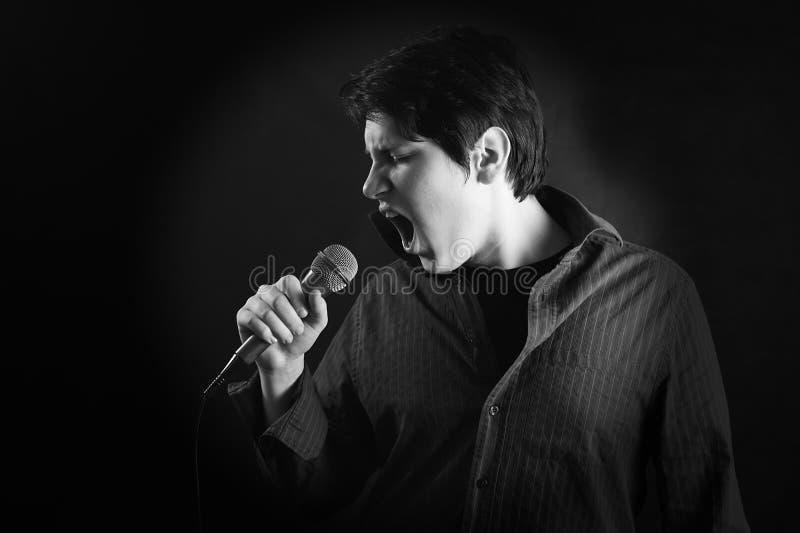 表达式人话筒歌唱家年轻人 免版税库存照片