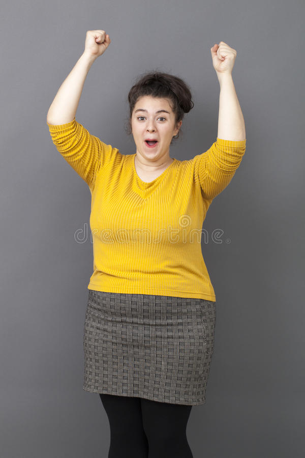 表达微笑的20s大的妇女乐趣胜利 免版税库存图片