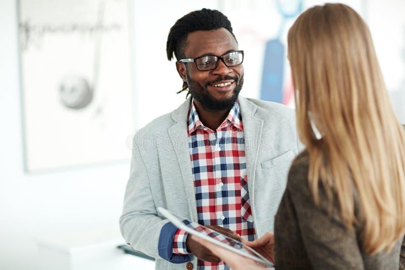 表达想法对男性同事 免版税库存照片
