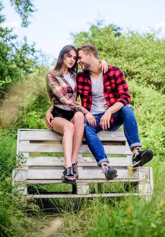 表达感觉 r 野营在有女孩的森林人的夏天在公园 夫妇放松室外在长凳 免版税库存照片