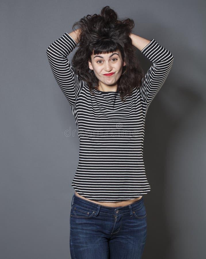 表达生气20s的女孩与头发和手势的困窘 免版税图库摄影