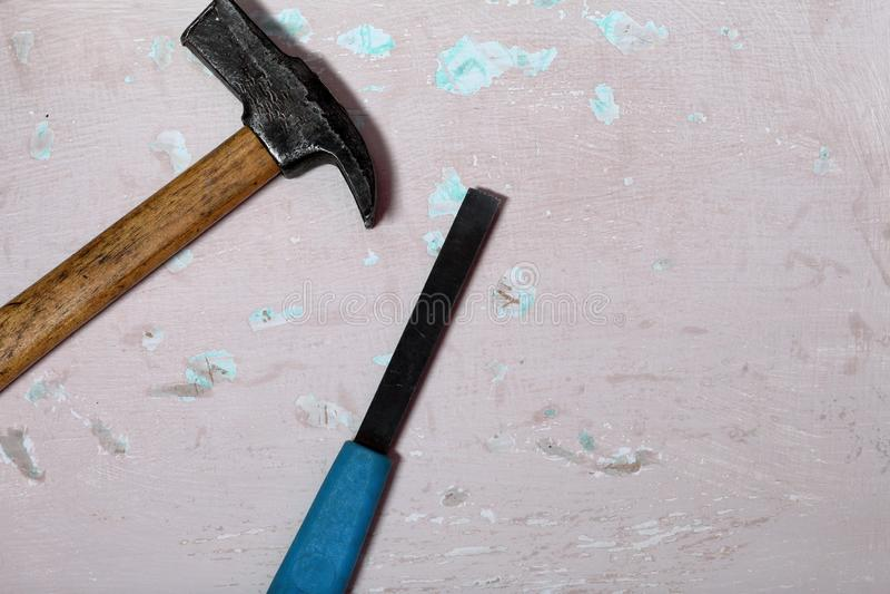 表面上的锤子和凿子谎言与破旧的油漆 库存照片