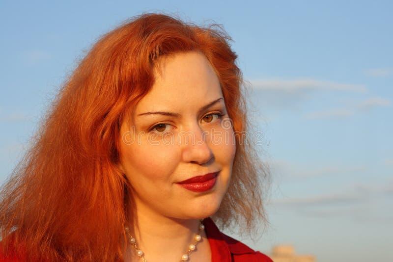 表面头发的红色妇女 免版税库存照片